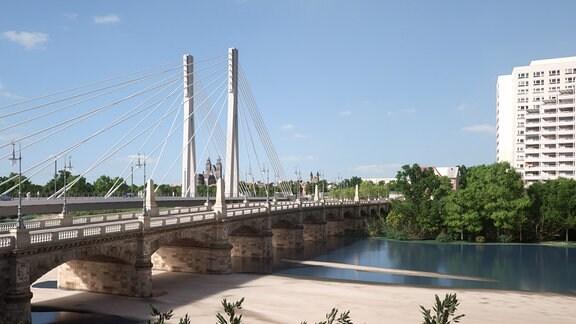 Anna-Ebert-Brücke mit Pylonbrücke im Hintergrund
