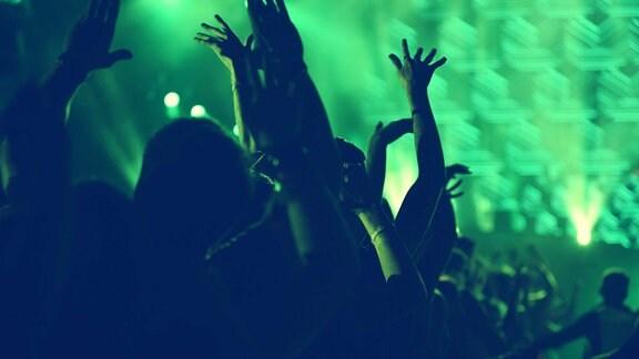 Feiernde Leute in grünem Discolicht
