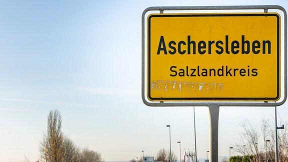 Blick auf das Ortseingansschild am Stadtrand von Aschersleben