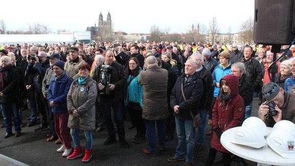 Menschenmenge schaut Richtung Bühne mit Magdeburger Dom im Hintergrund