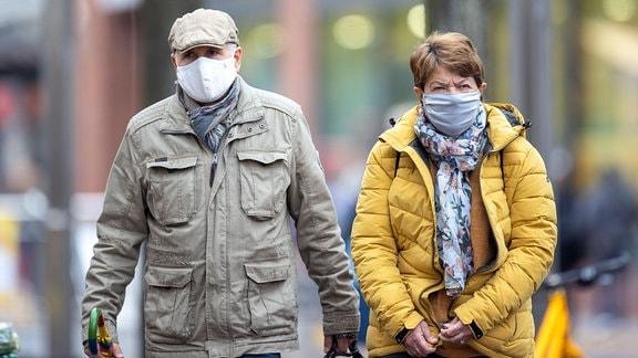Älteres Paar mit Mund-Nasen-Schutz