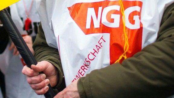Person mit Weste der Gewerkschaft NGG