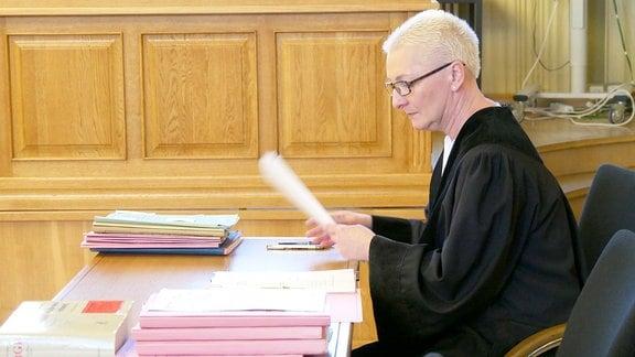 Ein Staatsanwältin sortiert ihre Akten.