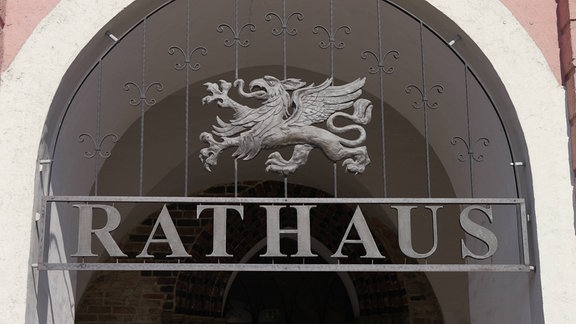 Stadtwappen und Schriftzug am Rathaus in Rostock