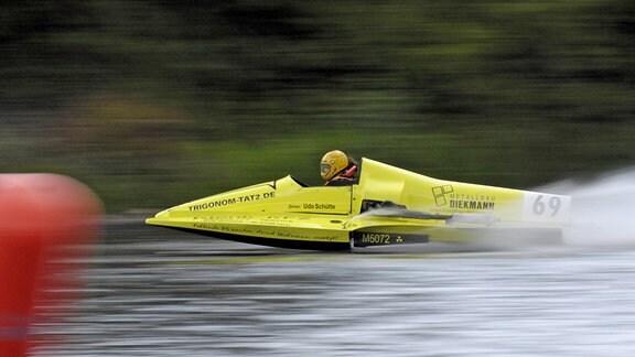 Udo Schütte in seinem Rennboot