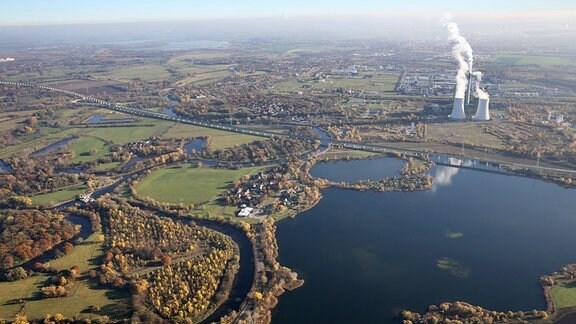 Die neue Saale-Elster-Talbrücke und das Kraftwerk Schkopau südlich von Halle/Saale (Sachsen-Anhalt) 2015