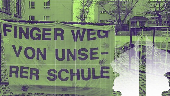 Finger weg von unserer Schule - warnt ein pinkes Plakat an einer Toreinfahrt.