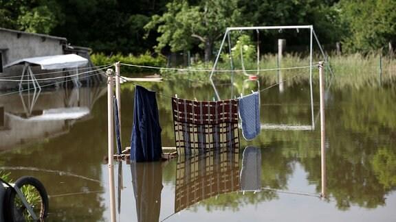 Wäsche hängt am 11.06.2013 auf der Leine in einem überfluteten Garten im vom Hochwasser eingeschlossenen Schönhausen