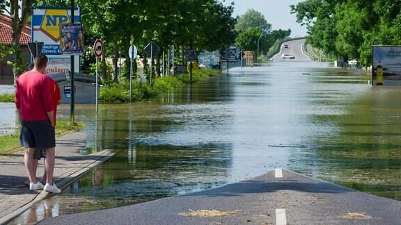 Nach einem Deichbruch an der Elbe bei Fischbeck (Sachsen-Anhalt) wird am 10.06.2013 das kleine Dorf Schönhausen (Sachsen-Anhalt) vom Hochwasser überflutet.