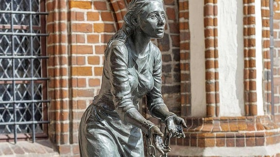 Eine Skulptur von Grete Minde am Rathaus Tangermünde.