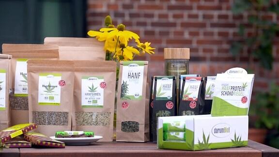 Verschiedene Produkte aus Hanf sind auf einem Tisch aufgestellt