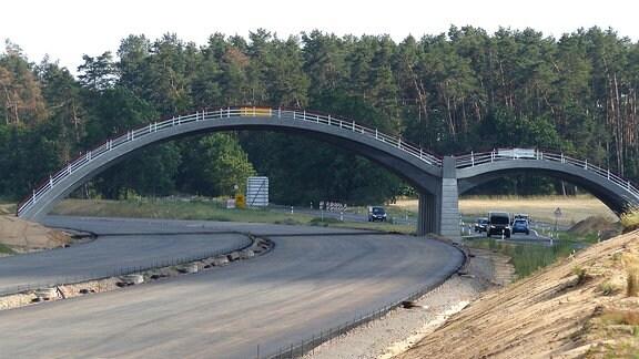 Autos fahren auf Straße neben Autobahn-Baustelle