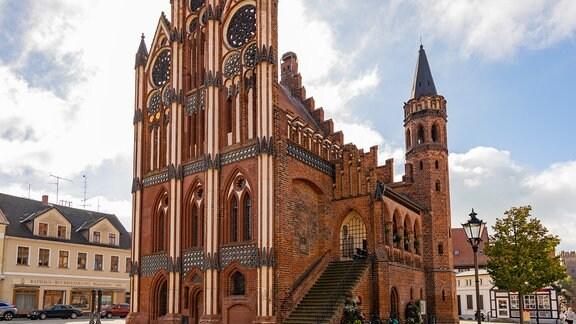 Blick auf das historische Rathaus von Tangermünde im Landkreis Stendal