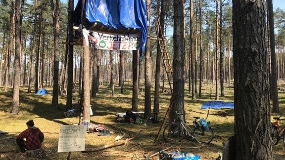 In einem Wald wurde ein Camp aufgeschlagen