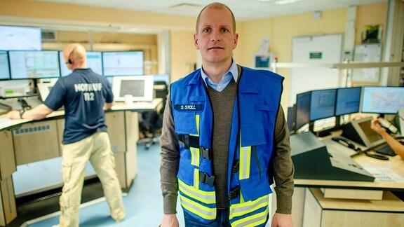 Sebastian Stoll, Leiter vom Stab des Landkreises Stendal und stellvertretender Landrat, steht in der Integrierten Leitstelle Altmark.