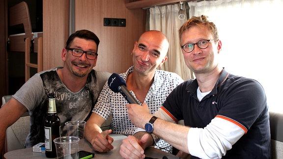 Zwei Tänzchentee-Bandmitglieder und Tobais Kluge im Wohnwagen der Band