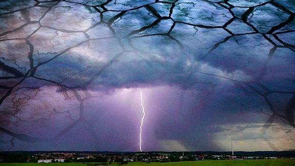 Collage: Blitz an Wolkenhimmel und augetrockneter Boden