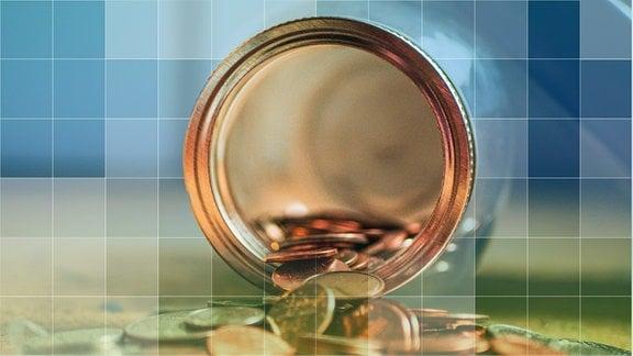 Einmachglas mit Münzen liegt offen auf einem Tisch.