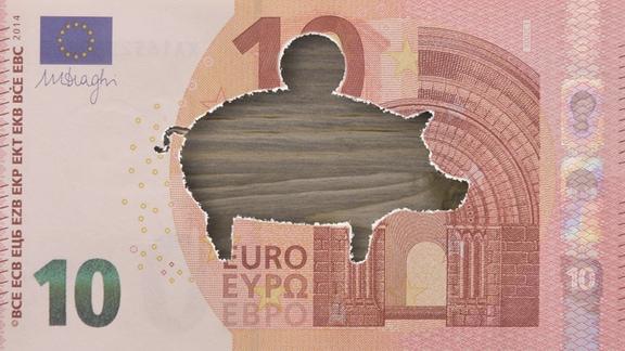 Collage: Ein Zehn-Euro-Schein mit einem Sparschwein