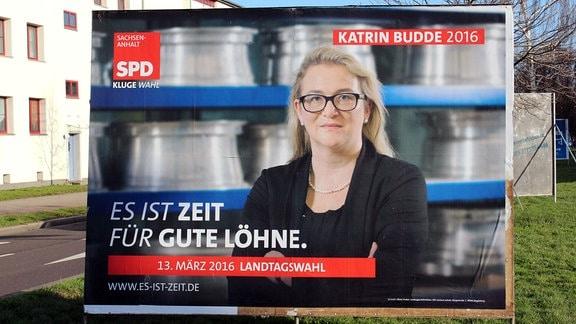 Ein Wahlplakat der SPD zeigt Spitzenkandidatin Katrin Budde
