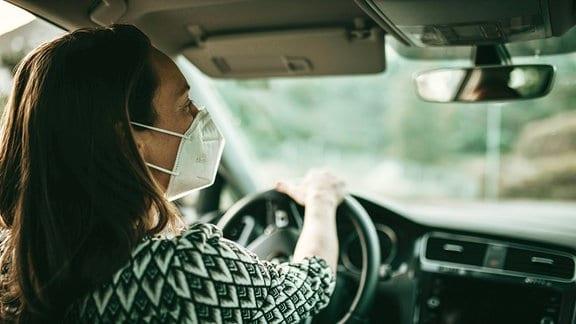 Autofahrerin mit FFP2-Maske