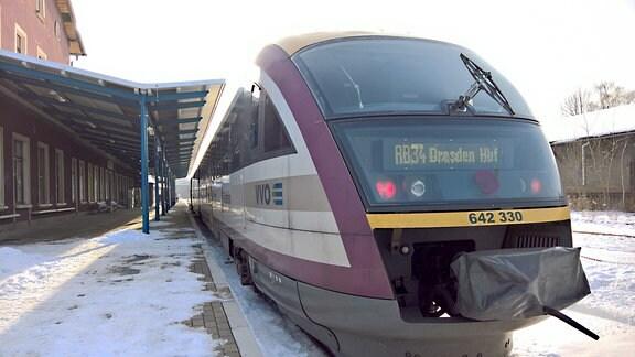 Ein Zug am Bahnhof Kamenz.