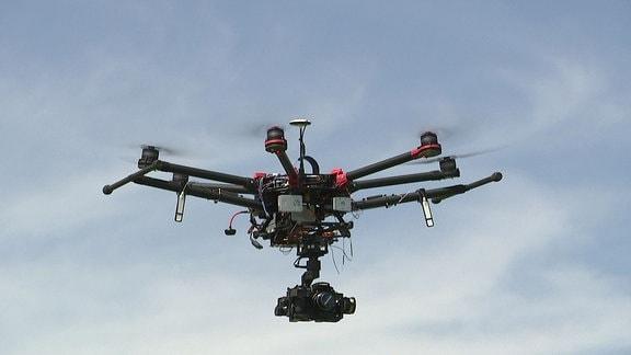 Eine Drohne fliegt