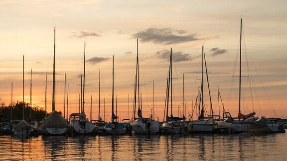 Die Marina im Geierswalder See bei Sonnenuntergang