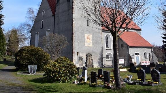 Kirche mit Turm und Vorkirche in Hischfelde