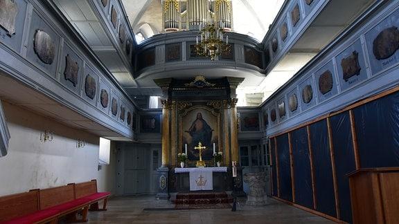 Blick auf Altar und Orgelempore
