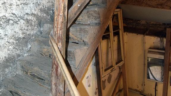 Unsanierter Treppenaufgang im Innern der Kirche