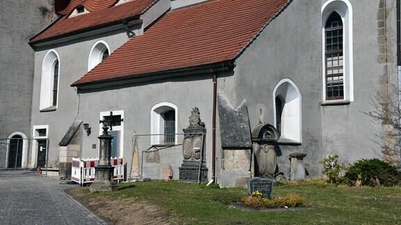 Blick auf die Vorkirche mit Absperrgittern