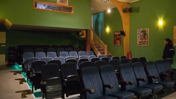 Kleiner Kinosaal mit fünf Stuhlreihen.