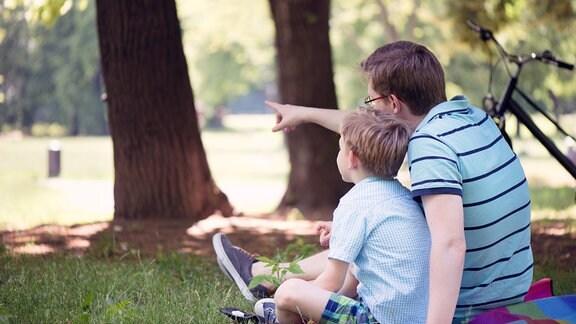 Vater und Sohn auf einer Wiese