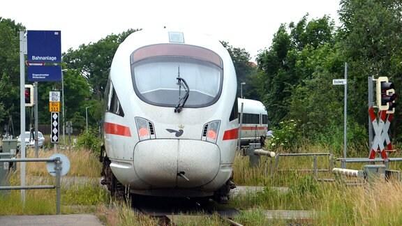 Ein Diesel-ICE der Deutschen Bahn fährt aus