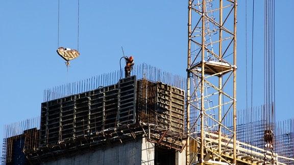 Ein Gebäude wird errichtet