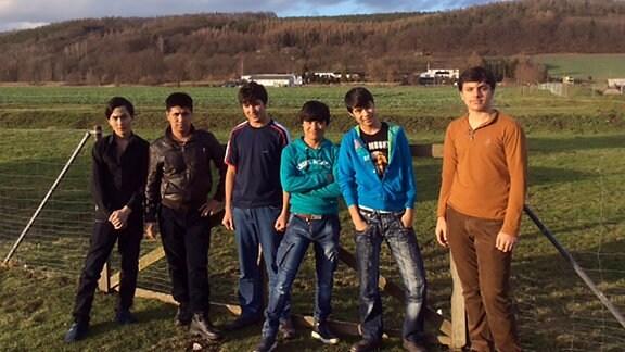Flüchtlinge arbeiten auf dem Feld. 60 Flüchtlinge hat der Verein Be-Greifen in das mittelsächsischen Dorf Klosterbuch integriert