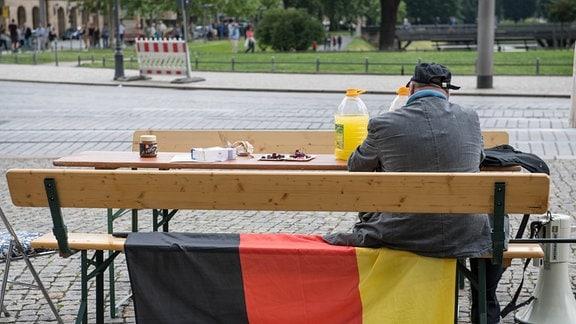 Bilderberg-Treffen in Dresden. Verschiedene Rechte, Nazis, Pegida-Teilnehmer und Anhaenger von Verschwörungstheorien protestierten am Samstag den 11. Juni 2016 in Dresden gegen ein Treffen der sog. Bilderberger im Taschenberg Palais