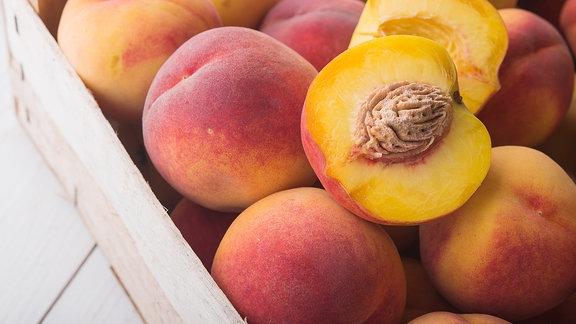 Pfirsiche in einer Holzkiste.