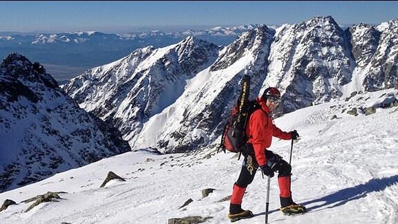 Thorsten Kutschke kurz unterm Gipfel mit Fernblick bis auf den Kamm der Niederen Tatra.