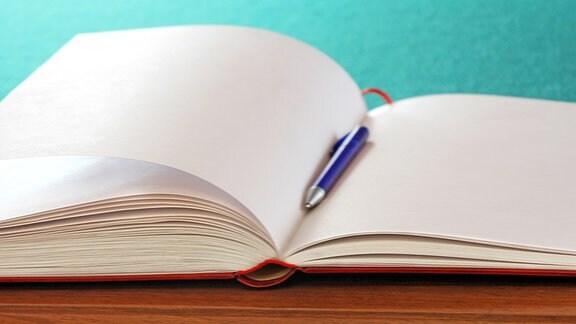 Leere Seiten in einem Gästebuch.