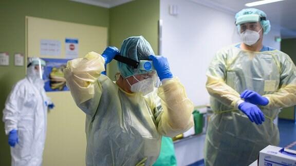 Sanitätsdienstes der Bundeswehr vom Sanitätsregiment, kleiden sich auf der Corona-Station im Städtischen Klinikum mit Schutzkleidung ein.