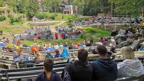 Blick vom Zuschauerraum zur Naturbühne Greifensteine