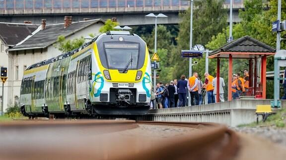 Ein mit Batterien betriebener Zugvom Typ «Talent 3» steht im Bahnhof der Stadt.