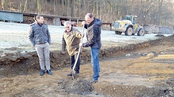 Drei Männer vollziehen den symbolischen Spatenstich bei der Baufeldfreimachung für das neue Bergwerk in Pöhla.