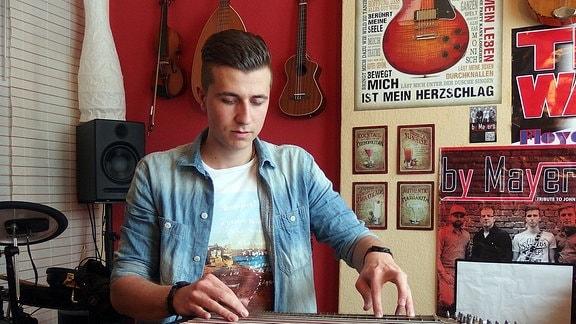 Florian Stölzel spielt die Zither ein wenig anders als seine Vorfahren. Demnächst produziert er seine erste Platte.