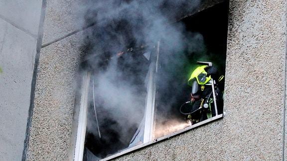 28.04.2019, Chemnitz, Chemnitztalstrasse 34, sozial betreutes Wohnen,gegen 5.45 Uhr brannte es in einer unbewohnten oder illegal bewohnten Wohnung, Brandstiftung ist sehr warscheinlich, etwa 17 Bewohner des Hauses wurden durch Rauchgas bedrohnt , die Bewohner des Aufganges wurde evakuiert, Feuerwehr war mit mehreren Feuerwachen im Einsatz, dazu Freiwilige FW und Rettungsdienst mit Notarzt mit 2 Rettungswagen. Verletzte gab es keine. Ein Bewohner hatte rechtzeitig Wachschutz und Feuerwehr alarmiert, zum Gebäudekomplex gehören noch 2 Häuser mit Asylbewerbern. Diese waren aber ins Brandgeschehen einbezogen.