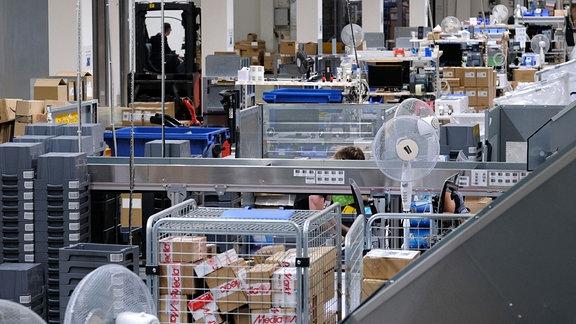 Blick in eine Halle der Komsa AG, in der eingesendete Geräte eintreffen.