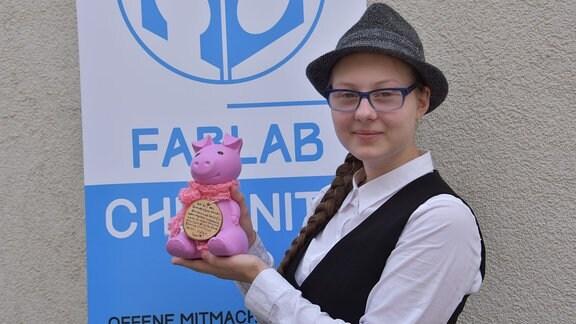 Janice Schmelzer und ihr Spendensparschwein Rosalie