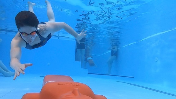 Rettungsschwimmer trainieren im Sachsenburger Hallenbad.